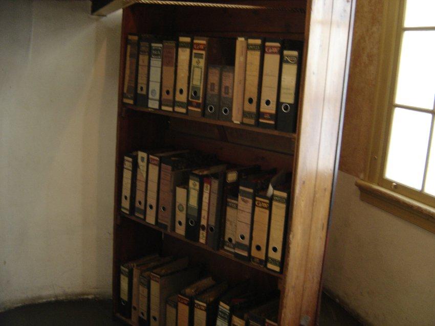 La entrada a su escondite estaba, metafóricamente, tras una estantería repleta de archivadores