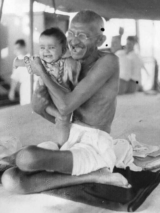Gandhi con un niño